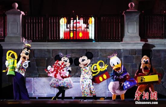 11月18日,米奇迎来90周年纪念日,在上海迪士尼度假区与粉丝共庆生日。1928年11月18日,米奇在《威利号汽船》中首次登上银幕。中新社记者 汤彦俊 摄