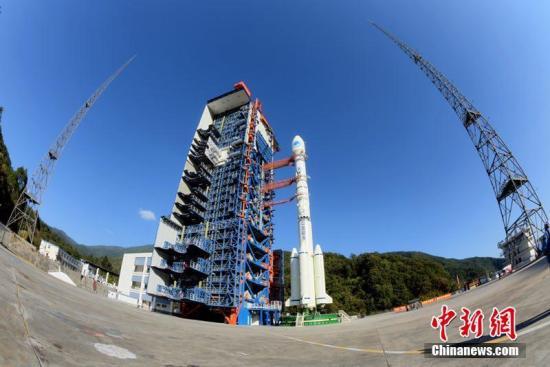 """北京时间11月19日2时7分,中国在西昌卫星发射中心用长征三号乙运载火箭,以""""一箭双星""""方式成功发射第42、43颗北斗导航卫星。此次发射的两颗卫星属于中圆地球轨道卫星,是中国北斗三号系统第18、19颗组网卫星。图为发射前夕,星箭组合体在发射塔架蓄势待发及总装厂房测试。李迪克 摄"""