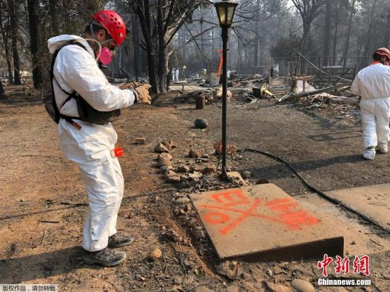 """在南加,就在洛杉矶郊外,沃尔西山火Woolsey Fire在燃烧了98362英亩的土地后,有82%的火势得到了控制。来自火灾的浓烟一直笼罩在该州的部分地区,这也被称为""""世界上最脏的空气""""。。"""