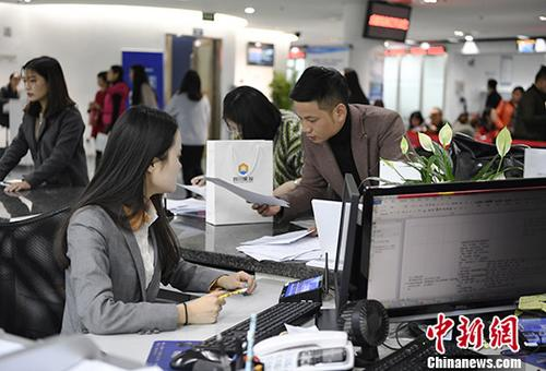 图为11月15日,四川自贸区成都市高新区政务中心的工作人员为前来办事的群众提供咨询服务。<a target='_blank' href='http://www-chinanews-com.jianshenfang.net/'>中新社</a>记者 安源 摄