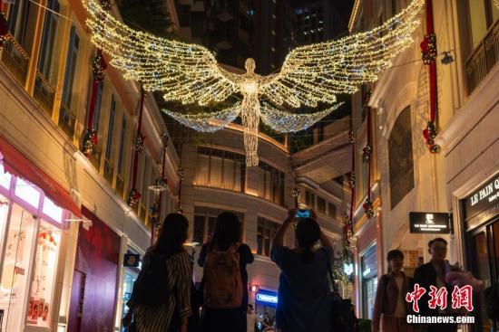 资料图片:英国伦敦著名圣诞灯饰登陆香港街头