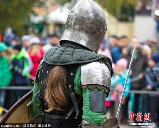 """原料图片:俄罗斯克里米亚费奥众西亚,当地举走传统的""""Kaffa Shield""""(卡法盾牌)狂欢节,重现中世纪经典战斗场景。图片来源:Sipaphoto 版权作品 不准转载"""