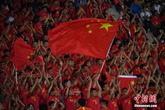 """材料图:被""""虐""""了千百遍的球迷,仍然等待追使您足球有晨一日迎去绽放时辰。 a target='_blank' href='http://www.chinanews.com/'种孤社/a记者 骆云飞 摄"""
