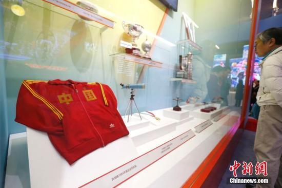 许海峰在1984年洛杉矶奥运会夺金时穿着的领奖服。<a target='_blank' href='http://www.chinanews.com/'>中新社</a>记者 富田 摄
