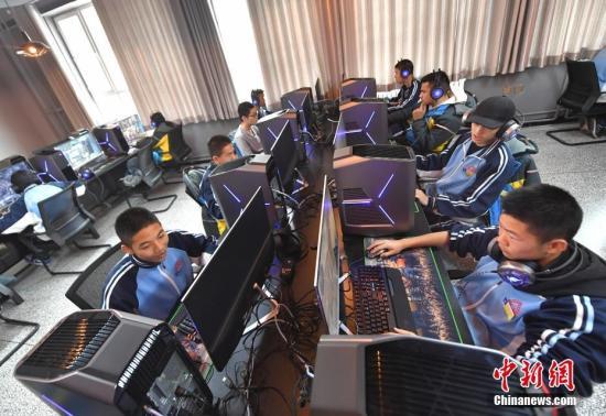 资料图:新疆乌鲁木齐市职业中等专业学校电子竞技运动与管理专业的学生们在教室内上完电子竞技心理学课程后,前往该专业实操室,进行《英雄联盟》及其他游戏项目的实操。<a target='_blank' href='http://vyif.cn/'>中新社</a>记者 刘新 摄