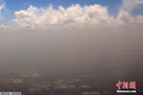 当地时间11月22日,澳大利亚悉尼遭遇沙尘暴,天空出现分层,蓝天白云在沙尘只上显现。