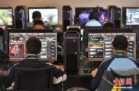 新疆乌鲁木齐市职业中等专业学校电子竞技运动与管理专业的学生们在教室内上完电子竞技心理学课程后,前往该专业实操室,进行《英雄联盟》及其他游戏项目的实操。中新社记者 刘新 摄