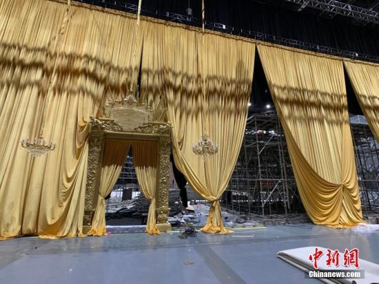 """原定于21日晚在上海世博中心举行的意大利时尚品牌杜嘉班纳(Dolce&Gabbana)大型时装秀,因品牌涉嫌辱华而宣布""""改期""""。图/康玉湛"""