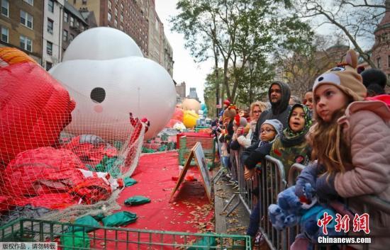当地时间2018年11月21日,美国纽约,第92届梅西百货感恩节游行准备活动正在进行。梅西感恩节大游行是由美国梅西百货公司主办的一年一度的感恩节大游行,这一传统始于1927年。游行在感恩节上午9:00开始,持续三个小时,数万人参加,声势浩大。
