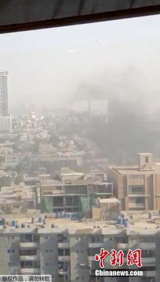 目击者从远处看到,浓烟从中国驻巴基斯坦卡拉奇领事馆周边升起。