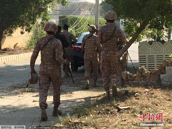 11月23日,中国驻巴基斯坦卡拉奇领事馆遭多名武装分子袭击。初步消息称,袭击中两名巴基斯坦警察死亡,另有一名警察受伤。事发现场部署了大批警察和突击队员,通往领事馆的道路已被封锁。