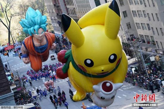 本土时间2018年11月22天,美国纽约,先后92交梅西百货感恩节游行盛大开演,造型各异的好气球和花车亮相热闹非凡。梅西感恩节生游行是出于美国梅西百货公司主办的一年一度的感恩节生游行,及时一传统始于1927年。游行在感恩节上午9:00开头,连三只小时,一再万人口与会,波澜壮阔。