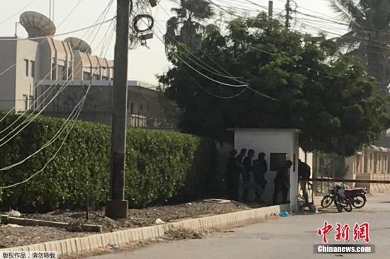 """据媒体报道,目击者在现场看到,至少有三至四人对中国驻卡拉奇领事馆发动袭击。""""袭击者试图冲进领事馆,在遭到守卫阻拦时开枪并投掷手榴弹"""",目击者称。"""