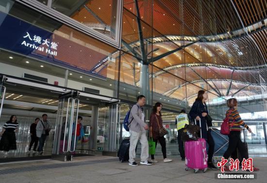 资料图:游客走出港珠澳大桥香港口岸旅检大楼。记者 张炜 摄