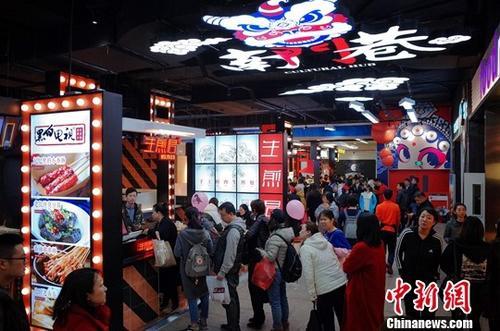 资料图片:食客们排队购买美食。<a target='_blank' href='http://www.chinanews.com/'>中新社</a>记者 佟郁 摄