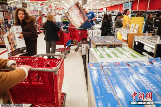 资料图片:美国肯塔基州民众在商场内排队等待购买手机。