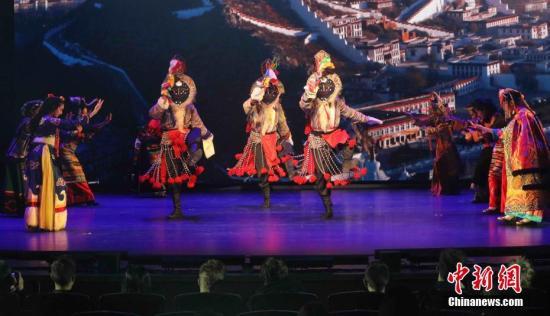 """当地时间11月23日傍晚,""""2018感知中国——中国西部文化俄罗斯行""""系列活动在莫斯科拉开帷幕。该活动框架下的""""魅力西部""""敦煌乐舞和民族歌舞表演当天在莫斯科举行。来自西藏自治区拉萨市歌舞团和甘肃省歌舞剧院的演员们通过舞蹈、歌曲、器乐弹唱等艺术形式,展示了中国西部文化的悠久风韵和独特魅力,让观众在享受传承千年的""""丝路""""艺术过程中,感受了西部文化的独特性和中国文化的多元性。记者 王修君 摄"""