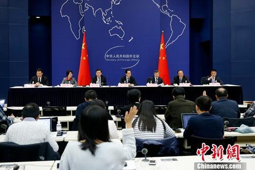 11月23日,中国外交部举行中外媒体吹风会,介绍习近平主席对西班牙、阿根廷、巴拿马、葡萄牙进行国事访问并出席在阿根廷布宜诺斯艾利斯举行的二十国集团(G20)领导人第十三次峰会有关情况。中新社记者 韩海丹 摄