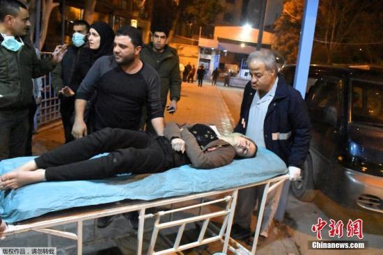 当地时间11月24日,反政府武装分子向叙利亚阿勒颇发射了多枚含有有毒物质的火箭弹,火箭弹击中了居民较多的多个区域。阿勒颇警察总长伊萨姆·希尔里(Issam Al-Shilli)发表声明称,部分居民在遭到袭击后出现了窒息等现象,被送往了阿勒颇的两家医院。目前医院已经接收了107名因为遭袭而出现不同程度窒息症状的平民。