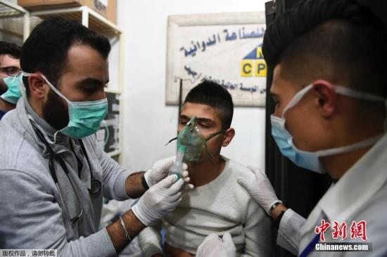 资料图:当地时间11月24日,反政府武装毒气袭击叙利亚阿勒颇造成上百人窒息。
