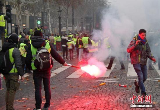 当地时间11月24日,巴黎香榭丽弃大街遭遇大周围示威活动。数以千计示威者荟萃在街上,竖立了不少路障,街道交通十足陷入瘫痪。中新社记者 李洋 摄