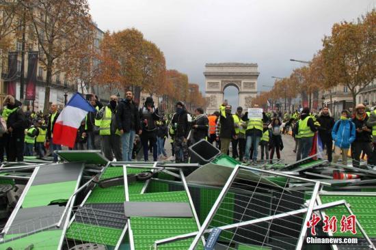 当地时间11月24日,巴黎香榭丽舍大街遭遇大规模示威活动。数以千计示威者聚集在街上,设置了不少路障,街道交通完全陷入瘫痪。<a target='_blank' href='http://www-chinanews-com.ssruy.com/'>中新社</a>记者 李洋 摄