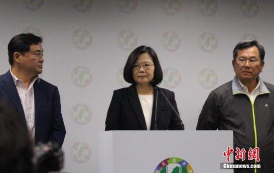 """资料图:11月24日晚,蔡英文在台北宣布辞去民进党主席职务,以示对该党在台湾""""九合一""""选举中的表现负责。图中为蔡英文。<a target='_blank' href='http://www-chinanews-com.wzywtx.com/'>中新社</a>记者 张晓曦 摄"""
