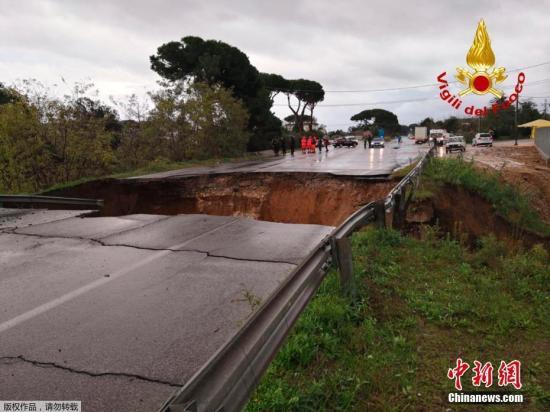 原料图片:暴雨导致意大利公路桥坍塌。