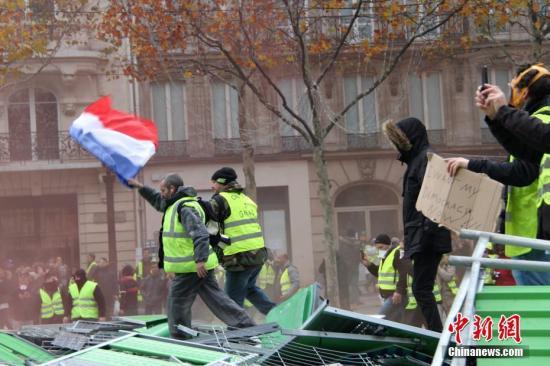 当地时间11月24日,巴黎香榭丽舍大街遭遇大规模示威活动。数以千计示威者聚集在街上,设置了不少路障,街道交通完全陷入瘫痪。<a target='_blank' href='http://www-chinanews-com.pixiu520.com/'>中新社</a>记者 李洋 摄