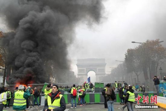 资料图:11月24日,巴黎香榭丽舍大街遭遇大规模示威活动。数以千计示威者聚集在街上,设置了不少路障,街道交通完全陷入瘫痪。<a target='_blank' href='http://www.chinanews.com/' _fcksavedurl='http://www.chinanews.com/'>中新社</a>记者 李洋 摄