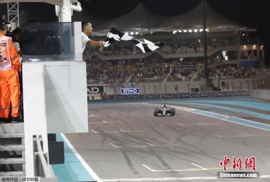 """11月25日,2018F1一级方程式世界锦标赛在阿布扎比收官,梅赛德斯疾驰车队的汉密尔顿守住杆位,拿下本赛季第11个分站赛冠军,加冕车手总冠军。西班牙车手""""头哥""""阿隆索以第11名的后果竣事了长达17年的F1职业生涯。图为汉密尔顿驾驶疾驰赛车冲线。"""