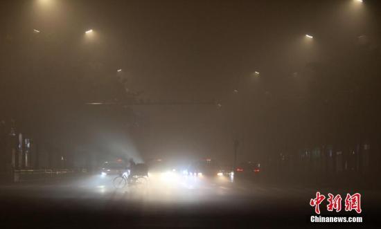 重度雾霾,严重影响民众出行。孟德龙 摄