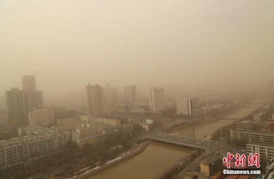 11月26日,西宁出现浮尘天气。当日,青海省东部地区出现浮尘天气,多地上空被沙尘笼罩,西宁市区能见度仅3公里。<a target='_blank' href='http://www-chinanews-com.iveipay.com/'>中新社</a>记者 马铭言 摄