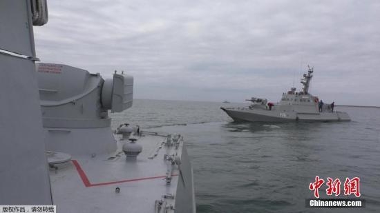 """据乌克兰国家通讯社援引乌海军发布的公告称,当天乌海军的""""别尔季扬斯克(Berdianck)""""号、""""尼克波尔(Nikpoli)""""号两艘小型装甲炮艇和""""亚内 卡普(Yanei Kapu)""""号拖船计划从乌克兰敖德萨港出发,前往亚速海的马里乌波尔港。根据国际法相关规定,乌方已提前通告了这一航行计划。资料图为乌克兰小型装甲炮舰""""尼克波尔(Nikpoli)""""号。"""