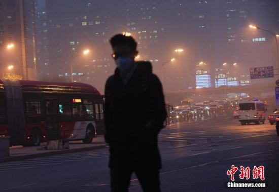 &#36164;&#26009;&#22270;:?#26412;?#24066;&#27665;&#22312;&#37325;&#27745;&#26579;&#22825;&#27668;&#19979;&#20986;?#23567;?a target='_blank' href='http://www.chinanews.com/'>&#20013;&#26032;&#31038;</a>&#35760;&#32773; &#36158;&#22825;&#21191; &#25668;