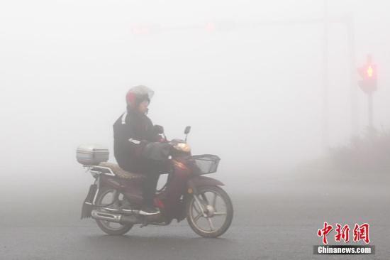 11月26日,大连市气象台先后发布了霾黄色预警和大雾橙色预警信号。图为雾霾笼罩下的大连金普新区街头。<a target='_blank' href='http://www-chinanews-com.martialartspride.com/'>中新社</a>发 刘德斌 摄图片来源:CNSPHOTO