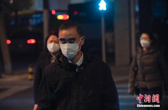 资料图:市民佩戴口罩出行。中新社记者 贾天勇 摄