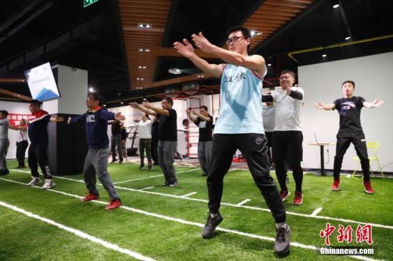 资料图:体育教师在接受培训。<a target='_blank' href='http://www.chinanews.com/'>中新社</a>记者 杜洋 摄