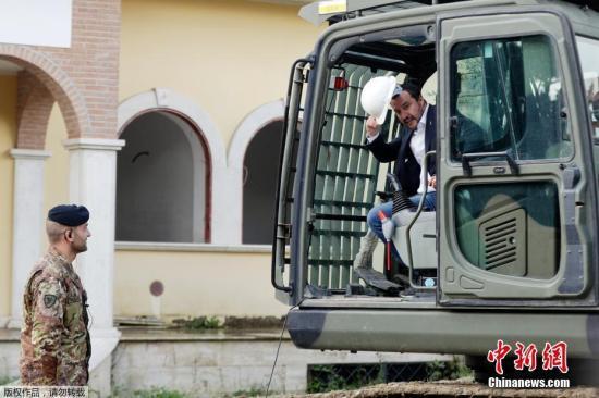 资料图:意大利副总理兼内政部长马泰奥·萨尔维尼在罗马驾驶挖掘机拆除黑手党非法建造的别墅。