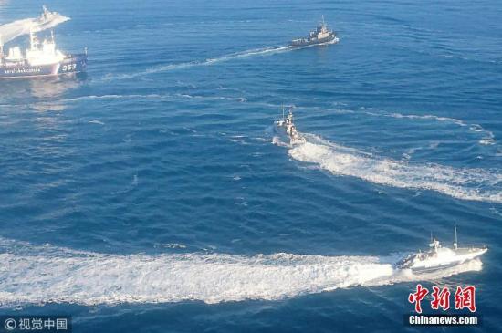 资料图:当地时间11月25日,俄罗斯联邦安全局发布消息称,动用武器扣留3艘侵犯俄边界的乌克兰海军船只。图片来源:视觉中国