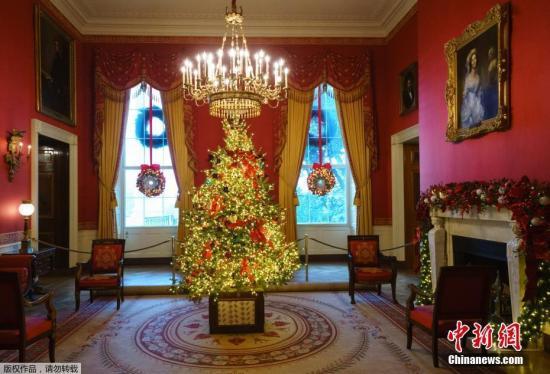 原料图:当地时间2018年11月26日,美国华盛顿,2018年白宫圣诞装饰预展举走,圣诞装饰布满。