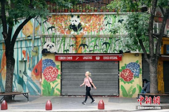 """当地时间11月27日,""""唐人街""""上一家涂有熊猫图案的店铺。阿根廷首都布宜诺斯艾利斯有个闻名遐迩的""""唐人街"""",它坐落于贝尔格拉诺区,是华侨华人在阿根廷的主要聚集区,这里的中国店铺、餐馆林立。 <a target='_blank' href='http://www-chinanews-com.fsdelisi.com/'>中新社</a>记者 盛佳鹏 摄"""