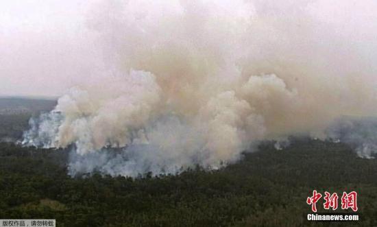 当地时间2018年11月27日,澳大利亚昆士兰州,根据昆士兰州消防和应急服务站(QFES)发布的照片显示,昆士兰中部的一场丛林大火正在威胁深水区( Deepwater)和巴弗莱克里克区( Baffle Creek)的居民区。 此次山火过火面积超过16,000公顷,摧毁了至少两所房屋。