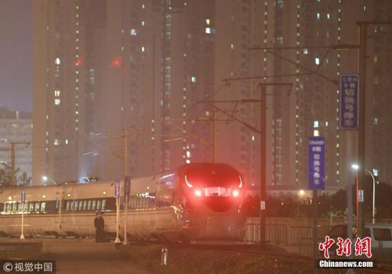 资料图:雾霾中的复兴号。秦淮 摄 图片来源:视觉中国