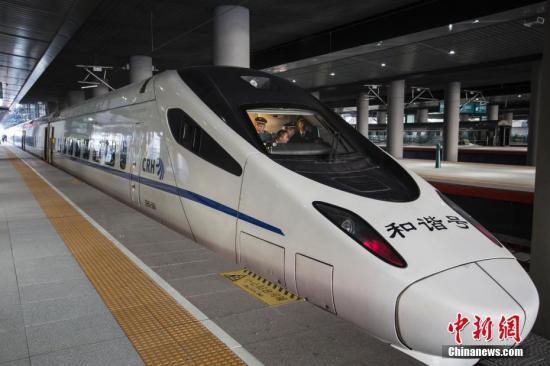 11月29日,哈牡高铁正式进入按图试运行阶段,预计年末正式开通运营。开通运营后,哈尔滨到牡丹江列车最快运行时间将由现在4小时17分缩短至2小时以内。图为哈牡高铁动车组列车准备发车。中新社记者 吕品 摄
