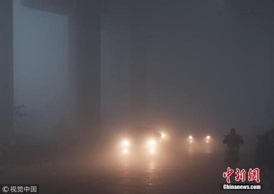 11月29日,中间气象台不息发布大雾橙色预警,黄淮中南部、江淮、江南中北部等地有大雾,江苏片面地区有能见度不能50米的特强浓雾。11月29日至12月1日,黄淮中东部、江淮等地有轻至中度霾,片面地区重度霾。图为11月29日,江苏南通如皋市城东高架桥被雾气笼罩。图片来源:视觉中国