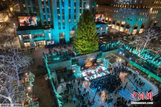 当地时间2018-12-17,美国华盛顿,第96届国家圣诞树点亮仪式在白宫南侧的总统公园椭圆广场举行。民众聚集在洛克菲勒中心等待圣诞树点灯仪式。