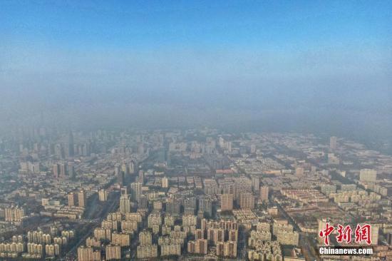 资料图:从南京上空航拍市区,雾霾与蓝天分界明显。记者 泱波 摄
