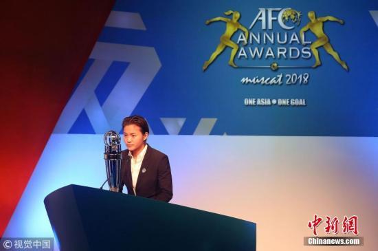 11月29日消息,北京时间今晨于阿曼马斯喀特会展中心结束的亚足联颁奖典礼上,中国女足球员、目前效力于巴黎圣日耳曼队的前锋王霜,荣获了2018年亚洲足球小姐。图片来源:视觉中国