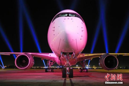 当地时间11月28日,东航首架空客A350客机在法国图卢兹空中客车总部正式交付。据悉这是东航集团第700架飞机,也是第365架空客飞机。东航空客A350客机采用4级客舱布局共计288座。殷立勤 摄